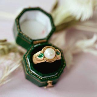 Bague jonc perle et émeraudes en gouttes  A retrouver sur notre site (lien dans la bio)  #bijouxanciens #bijouxvintage #bijouterie #joaillerie #emeraude #perle #or18k #antiquejewelry #jewelry