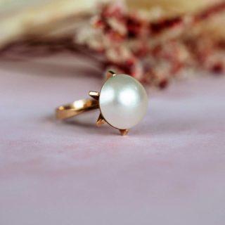 Bague perle Mabe en or 18 carats à retrouver sur notre boutique en ligne.   La perle de Mabe a longtemps été appelée demi perle à cause de sa forme hémisphérique.  A la différence des autres perles, elle se forme à l'intérieur de la coquille de l'huître et non pas dans le corps.  #bijouxanciens #bijouxvintage #bague #perle #bijouterie #joaillerie #antiquejewelry #jewellery #jewelry