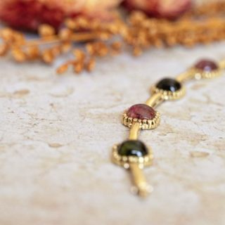 Bracelet tourmalines en cabochon vertes et roses en or jaune 18 carats.  Connaissez-vous les pierres en cabochons? Celles-ci sont arrondies et polies et non taillées comme les autres pierres, avec une base plate.  #bijouxanciens #bijouxvintage #bijouterie #bracelet #tourmaline #vintagejewelry #vintagejewellery #vintage jewels #bijoux #or18kt #bijoux