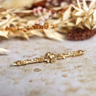 Broche barrette florale avec 3 perles en or jaune 18 carats datant de la fin du XIXème siècle   A retrouver sur le site 💎  #bijouxanciens #bijouxvintage #bijouterie #broche #brooch #perle #pearl #bagueancienne #bijoux #or18kt #vintagejewelry #vintagejewellery #vintagebrooch