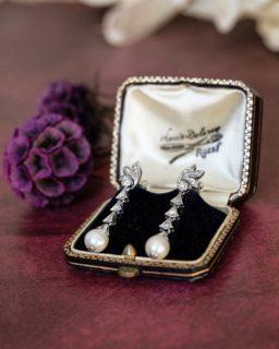 Disponible pour la livraison dans toute la France, de magnifiques boucles d'oreilles pendantes en perles et diamants.  A découvrir sur notre boutique en ligne.  #bijouxanciens #bijouxvintage #bijouterie #earrings #pearl #bouclesoreilles #bagueancienne #bijoux #or18kt #diamants #perles #vintagejewelry #vintageearrings #vintagejewellery