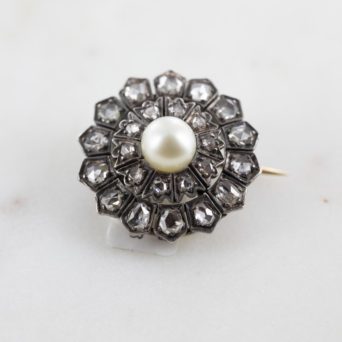 Broche rose de diamants et perle