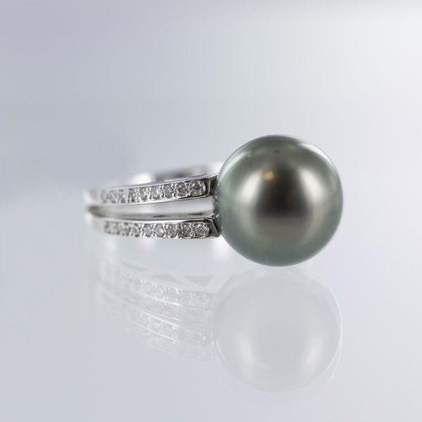 Bague perle de Tahiti et double ligne de diamants