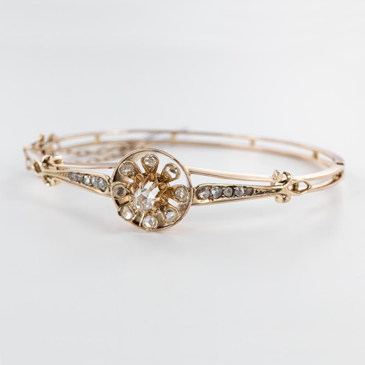 Bracelet ouvrant motif floral et roses de diamants